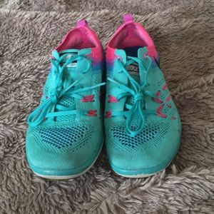 LIKE NEW NIKE FOCUS FLYKNIT TENNIS SHOES